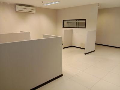 ruang kantor sudah terdapat partisi untuk ruang karyawan dan ada ruang direktur . ruang pantry, ruang meeeting dan pantry